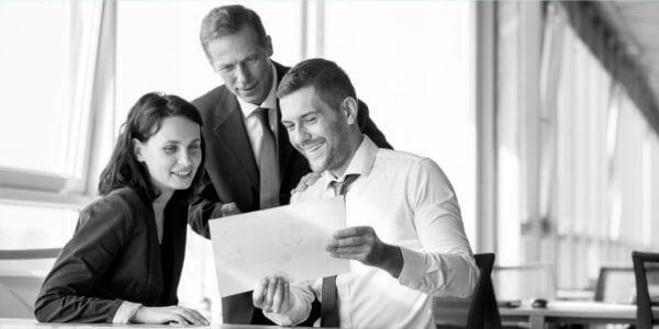 consulente_INSAID_spiega_vantaggi_consulenza_informatica